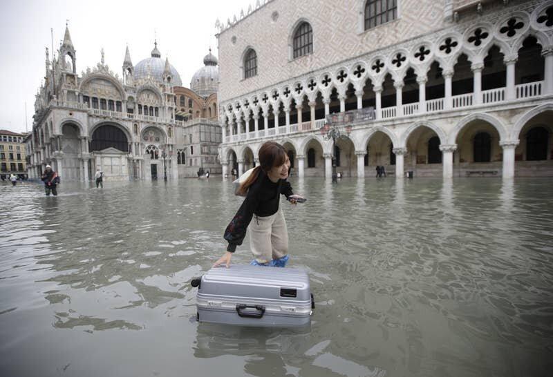 1. Главная городская Площадь Святого Марка полностью оказалась под водой, и больше напоминает озеро