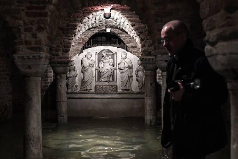 3. Крипта базилики Святого Марка, расположенная неподалеку от площади, также была затоплена