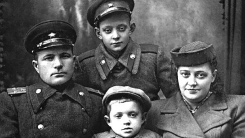 Лев Перфилов с отчимом, мамой и младшим братом Юрой. Фото взято из свободного источника