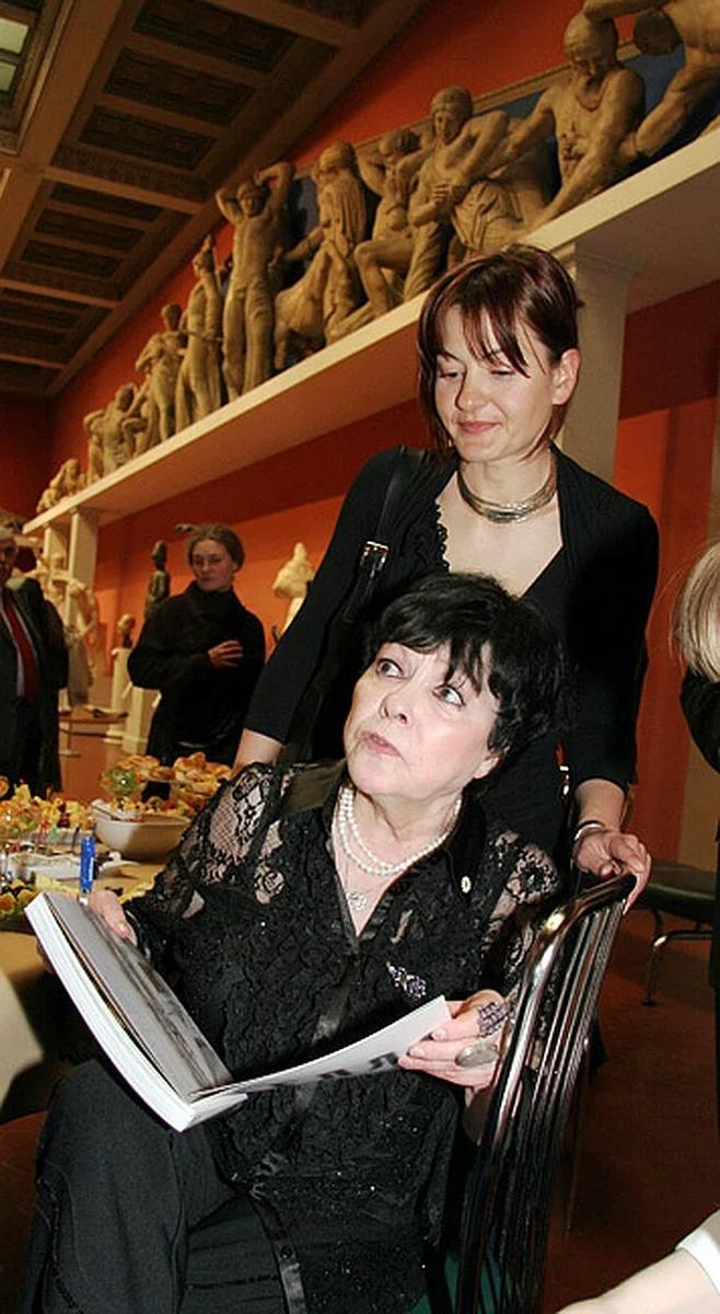 Последние годы жизни Беллы Ахмадулиной заботу о ней взяла на себя дочь Елизавета.