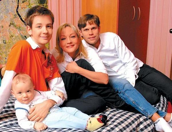 Татьяна Буланова с мужем и сыновьями.