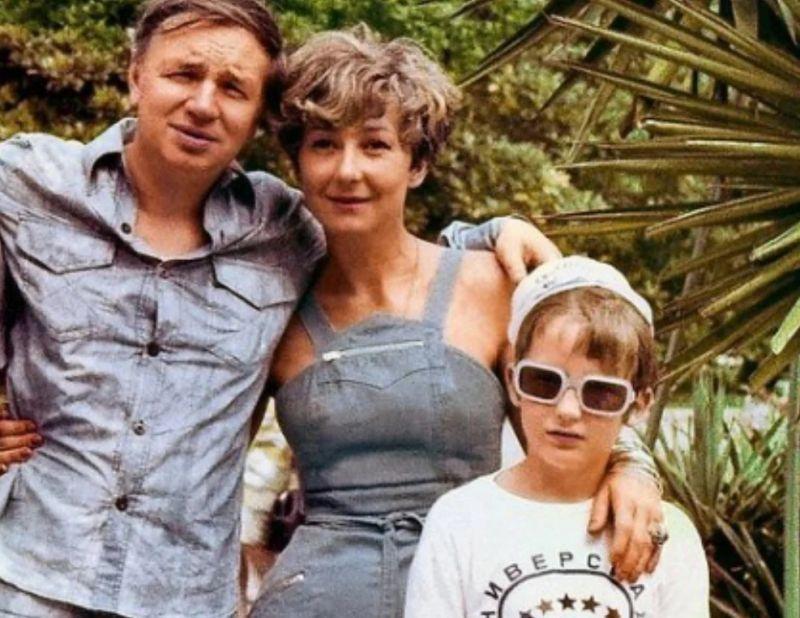 Татьяна Лаврова, её сын и Андрей Вознесенский. Фото взято из свободного источника