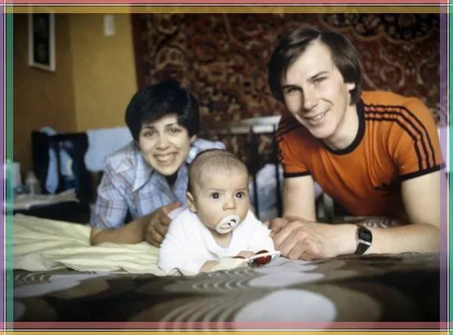 Александр Зайцев с первой супругой и ребенком.