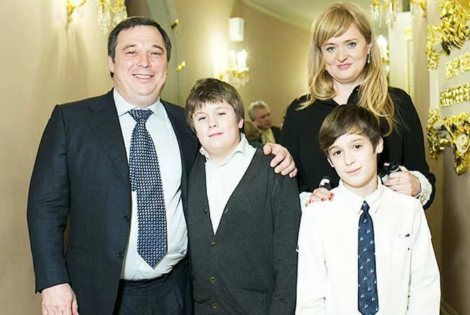 Анна Михалкова с мужем Альбертом Баковым и сыновьями. Источник: stuki-druki.com