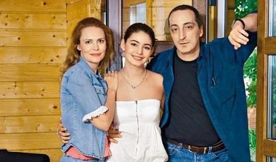 Алена с Машей и Кириллом Козаковым. Источник фото: uznayvse.ru