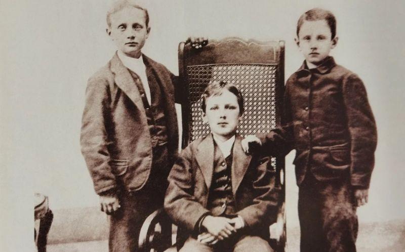 Будущий писатель (стоит справа) с друзьями детства.