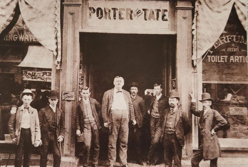 В Гринсборо Портеры были уважаемой семьей. В центре стоит дядя Уильяма - Кларк Портер.