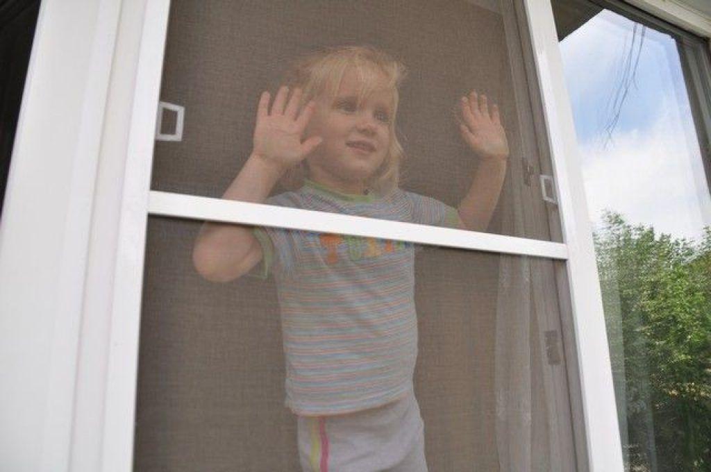 В новосибирске с балкона упал трехлетний ребенок.